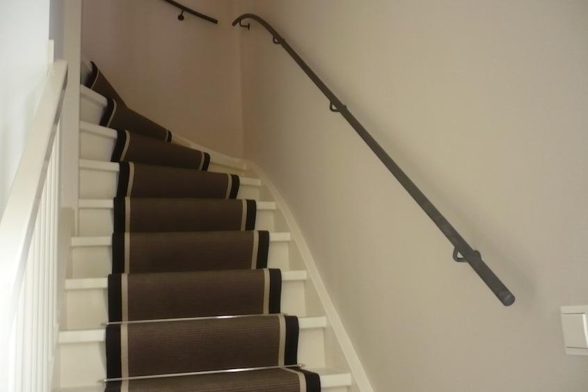 strakke leuning langs een mooie trap