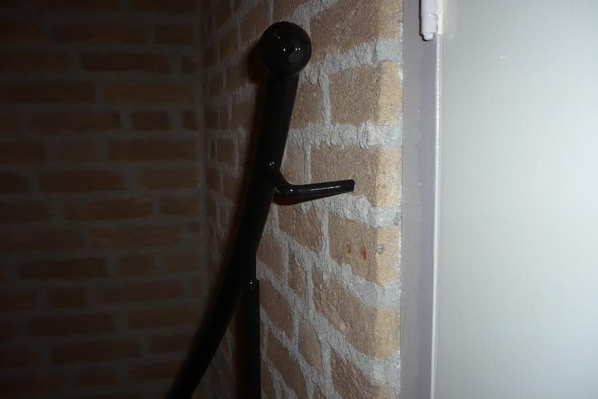 Verankering in de muur maakt de leuning extra stevig.